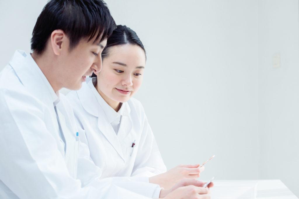 「使えない」と言われたくない!新人薬剤師のあるべき姿勢とコミュニケーション・ステップアップに必要なこと。ミスが多くて辛い時期をどう乗り越えるか?